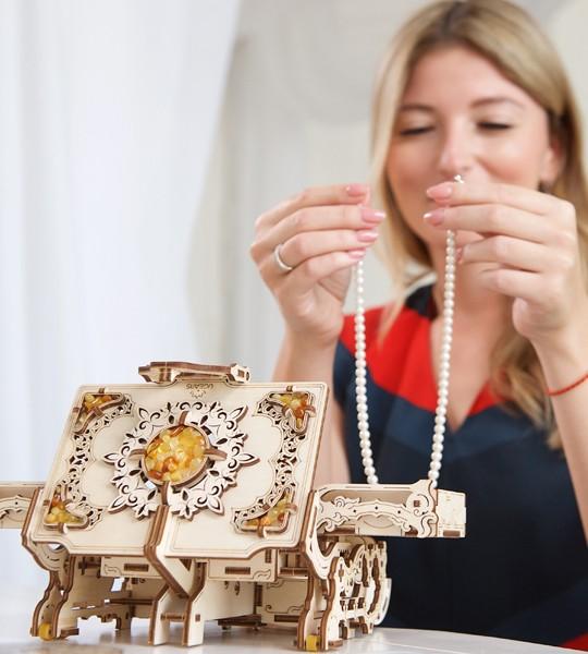 Cofrecito con perlas de ámbar: el Ugears modelo mecánico