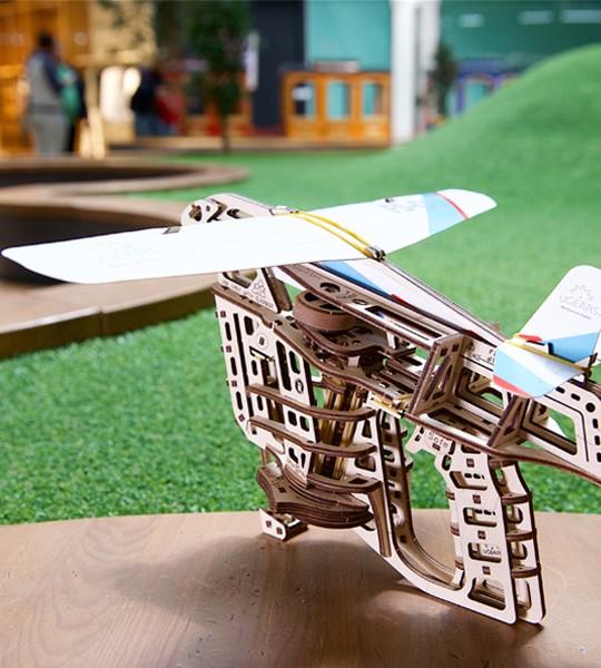 Flugzeugstarter: Ugears mechanischer 3D Modellbausatz