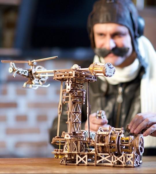 Ugears mechanisches Modellbausatz Flieger und 3D-Puzzle aus Holz zur Selbstmontage. Flugmodell mit Flugzeug, Hubschrauber und Flugkontrollturm. Originelles Geschenk für Jungen und Mädchen und intelligente Hobby für Erwachsene