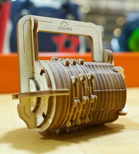 Ugears mechanischer Modellbausatz Kombinationsschloss und 3D-Puzzlebox aus Holz. Cryptex mit persönlichem 3-stelligem Code. Originelles Geschenk für Jungen und Mädchen und smart Hobby für Erwachsene.