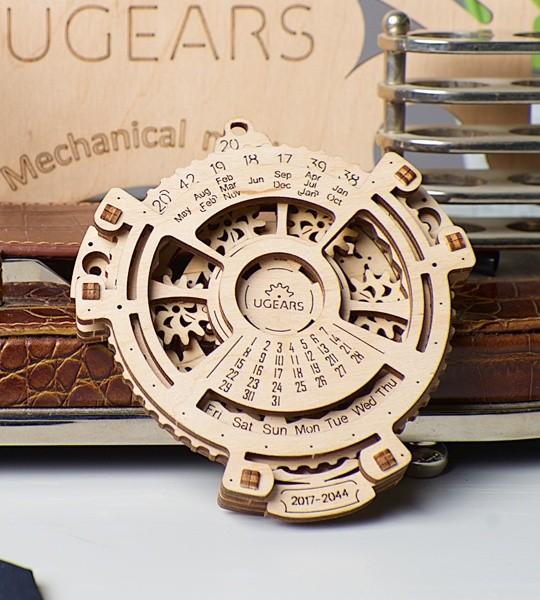 Ugears mechanischer Modellbausatz Datumsnavigator und Holzpuzzle 3D. Kalender für 2017-2044 Jahre mit Planetenmechanismus im Innern. Originelles Geschenk für Jungen und Mädchen und intelligente Hobby für Erwachsene.