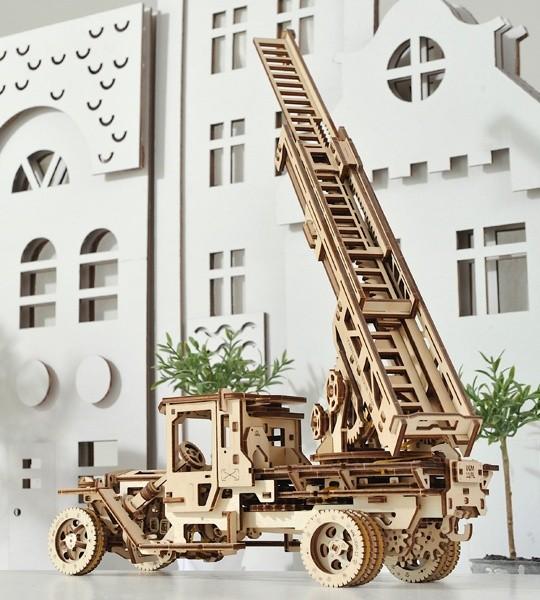 Ugears mechanischer Modellsatz Feuerwehr-Drehleiter und Holzpuzzle 3D. Einziehbare dreiteilige Feuerleiter und Kran auf einer drehbaren Plattform eines selbstfahrenden Lastwagens. Originelles Geschenk für Jungen und Mädchen und intelligente Hobby für Erwachsene.