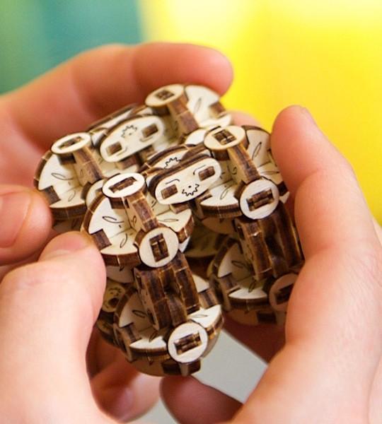 Ugears mechanischer Modellbausatz Flexi Cubus und Puzzle aus Holz mit Oktasphären. Anti-Stress-Idee und Puzzle-Konstruktion. Originelles Geschenk für Jungen und Mädchen und intelligente Hobby für Erwachsene.
