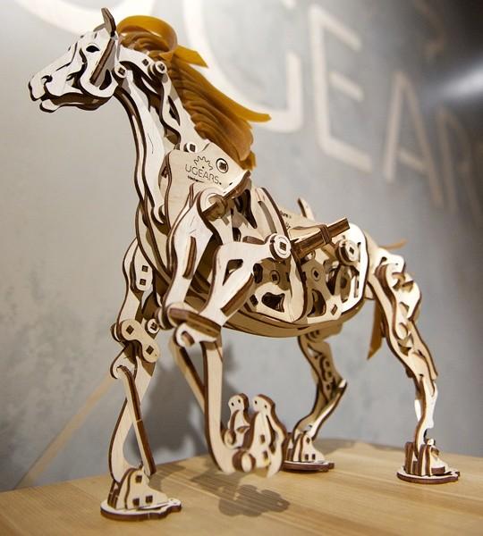 Ugears mechanischer Modellbausatz Mechanoid Pferd und Holzpuzzle 3D. Vierbeinbewegung, Klauenmechanismus, Automaton und kinetisches Modell für die Selbstmontage. Originelles Geschenk für Jungen und Mädchen und intelligente Hobby für Erwachsene.