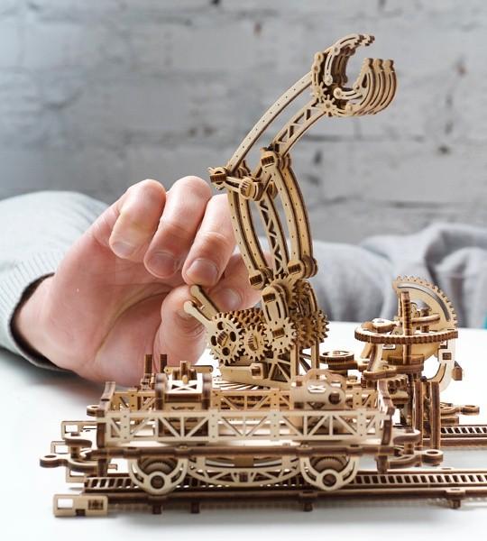 Ugears mechanischer Modellbausatz Schienen-Drehkran und Holzpuzzle 3D. Gelenkklaue auf rotierender Plattform mit Steuerhebeln, Schienen, Kran und Charaktere. Originelles Geschenk für Jungen und Mädchen und intelligente Hobby für Erwachsene.