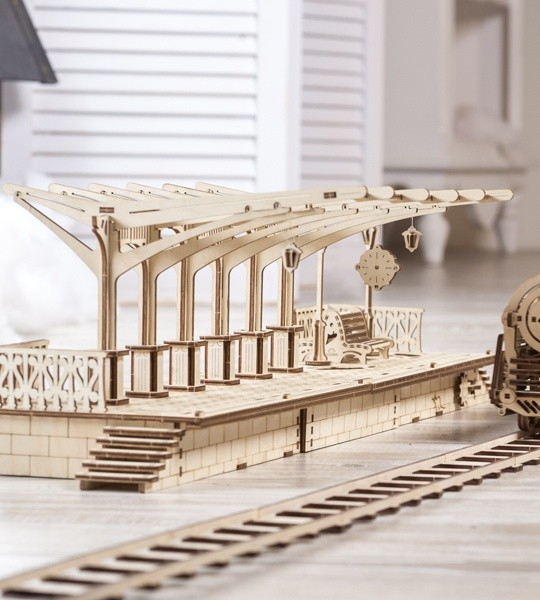 Ugears mechanischer Modellbausatz Bahnsteig und Holzpuzzle 3D. Montagebausatz und Teil der Eisenbahn. Originelles Geschenk für Jungen und Mädchen und intelligente Hobby für Erwachsene.