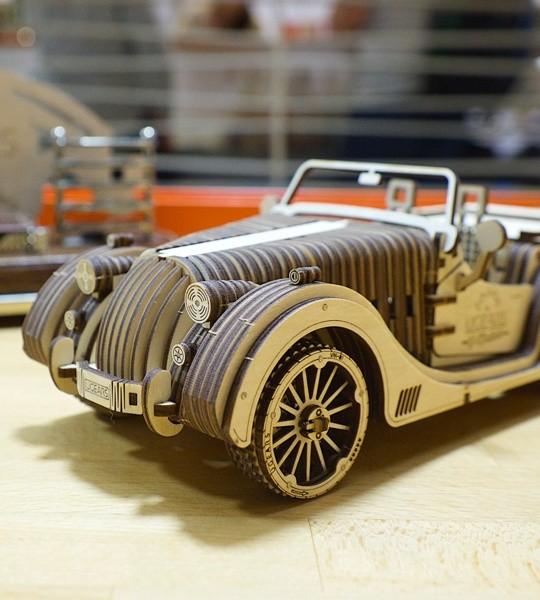 Ugears mechanischer Modellbausatz Roadster VM-01 und Holzpuzzle 3D. Bausatz und selbstfahrender Retro-Sportwagen und Modell eines Oldtimer-Automobils mit mechanischem Getriebe und V8-Motor. Originelles Geschenk für Jungen und Mädchen und intelligente Hobby für Erwachsene.
