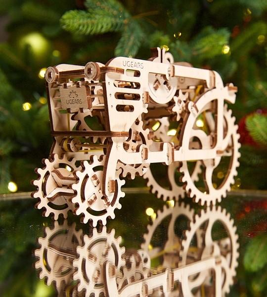 Ugears mechanischer Modellbausatz Traktor und Holzpuzzle 3D. Selbstfahrender Bausatz aus der Serie Vintage Traktoren und Erntemaschinen. Originelles Geschenk für Jungen und Mädchen und schickes Hobby für Erwachsene.