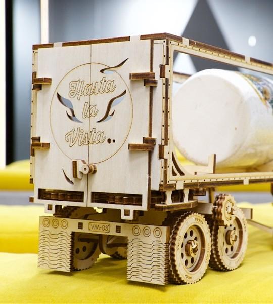Ugears mechanischer Modellbausatz Anhänger für Schwerer LKW VM-03 und 3D-Puzzle aus Holz. Montagemodell und Erweiterung des Schwerer LKW VM-03 mit automatischem Koppler mit Traktor und automatisiertem Förderer. Originelles Geschenk für Jungen und Mädchen und intelligente Hobby für Erwachsene.