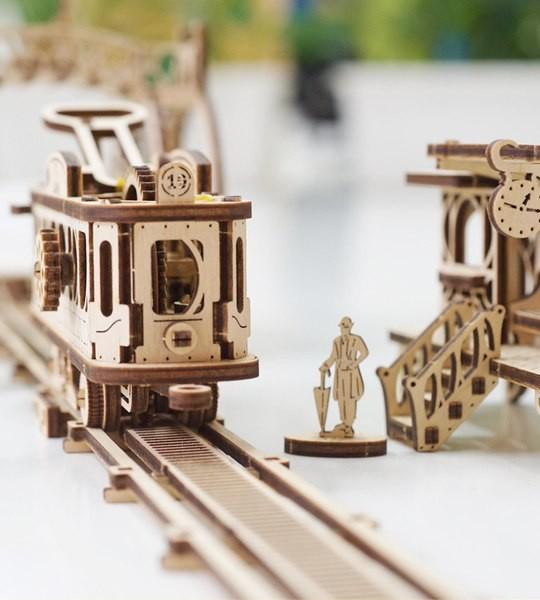 Ugears mechanischer Modellbausatz Straßenbahnlinie und Holzpuzzle 3D. Straßenbahn, Tickethaltestelle, Depot, Fußgängerbrücke und Charaktere. Originelles Geschenk für Jungen und Mädchen und intelligente Hobby für Erwachsene.