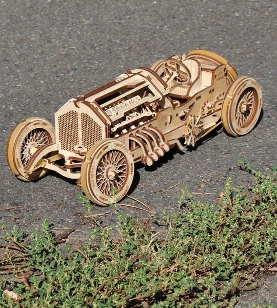 Ugears mechanisches Modellbausatz U-9 Grand Prix Auto und 3D-Holzpuzzle. V8-Motor, selbstfahrender Rennsportwagen zur Selbstmontage. Originelles Geschenk für Jungen und Mädchen und intelligente Hobby für Erwachsene.